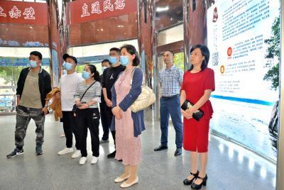 西藏自治区山南市加查县委宣传部组团参观学习赤壁市融媒体中心建设工作