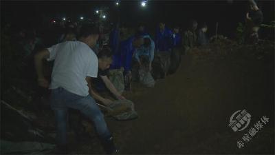 赤壁黄龙大堤深夜遇险 干群积极应对排除险情