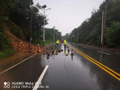 赤壁凤界线雪峰山路段发生山体滑坡,经该路段的司机朋友注意行车安全