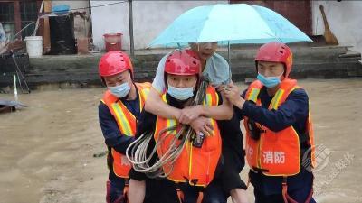 赤壁:暴雨袭城,消防员的这些画面很暖心