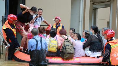 暴雨袭城 消防员营救转移被困群众七百余人