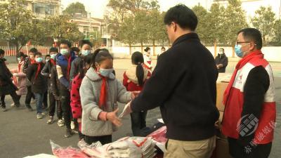 温暖!寒假前青石桥学校学生收到了一份暖冬礼物