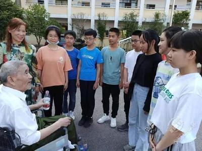 志愿军老战士张向温坐着轮椅进学校传播红色种子