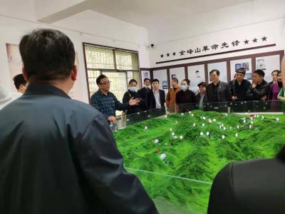 金峰山上活跃着一支青年义务讲解团