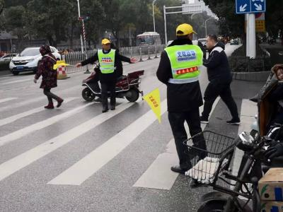 交警携手志愿者    开展文明交通劝导