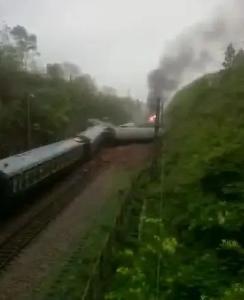 一列客运火车在湖南境内侧翻,现场起火(视频)