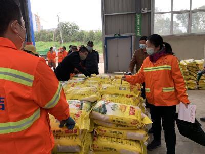 重庆爱心企业向我市环卫工人捐赠爱心礼包