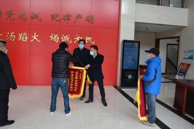 市高新区丹阳办事处桂桥社区向市应急管理局赠送锦旗