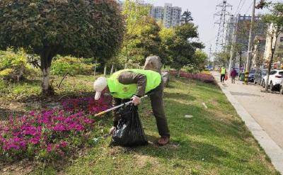 孝昌志愿者公园捡拾垃圾,倡导环保从我做起!