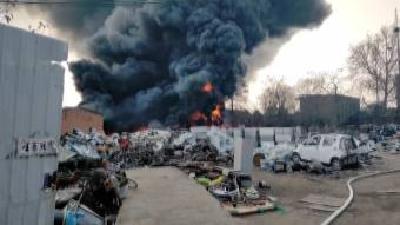 废品回收站燃起熊熊大火 都是电线短路惹的祸