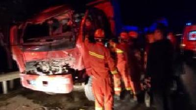 三车相撞一人被困 消防出击救其脱险