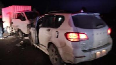快递车与越野车相撞 消防速救被困男子