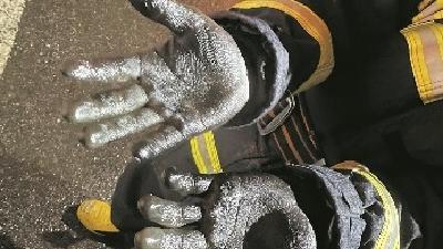 荆州一消防员灭火后双手被熏黑 怕父母伤心用钢丝球刷