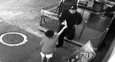 """8岁男孩送冰淇淋和零花钱给消防员 """"你们是我心中的大英雄"""""""