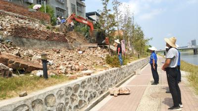 市城市管理规划执法支队拆除20处河道违建