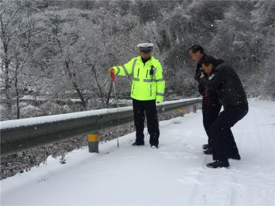 2018年首场大雪来袭 神农架公安机关积极应对保道路交通安全
