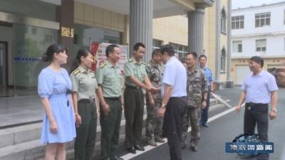"""林区领导""""八一""""慰问驻地部队官兵"""
