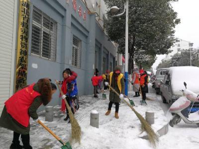 暖心:林区各界积极扫雪铲冰