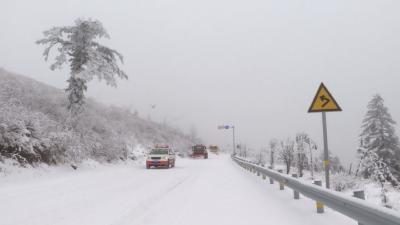 神农架普降大雪  多部门联合保障交通安全