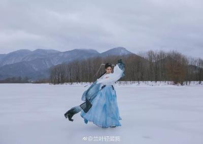 在神农架,当汉服遇上雪