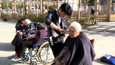 记者走基层|爱心理发师到林区福利院为老人免费理发