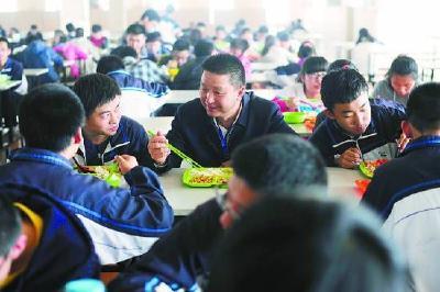 4月1日起学校幼儿园负责人需与学生同用餐