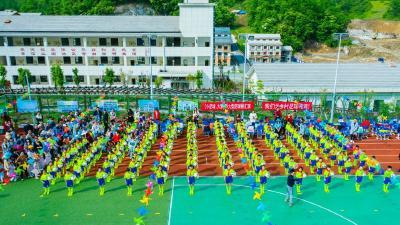 神农架九湖中心学校:学生跳起足球操 开展阳光体育活动