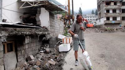 神农架退休老人朱广权  义务捡垃圾8年多