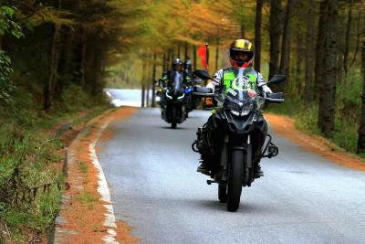 在神农架摩托车自驾游:一路骑行 一路风景