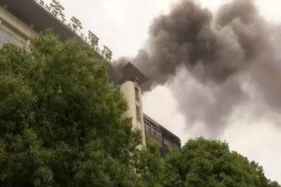 【突发】随州一酒店突发大火,消防官兵及时救援!