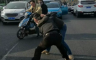 男子开车被挡路,一言不合就拔刀!