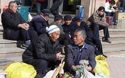 高龄农民工陷困境:留城工作难找 返乡退休无靠