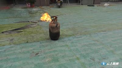 厨房突发大火,广水中队火场抢出煤气罐