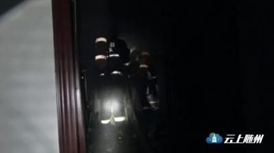 随州一宿舍楼凌晨突发火灾 消防官兵紧急救援