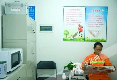 """武汉欢乐谷50多名保洁员被禁止开空调取暖 主管解释""""忽冷忽热易感冒"""""""