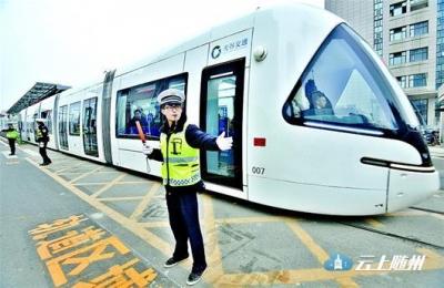 数千市民尝鲜光谷有轨电车 舒适度超公汽平顺度稍逊地铁
