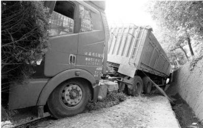 云南盐津一货车失控翻过护栏撞压行人,造成5死8伤