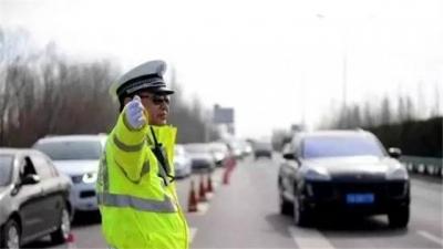 五一出游车流增加交警提醒安全出行
