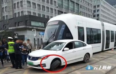 造价千万的武汉光谷有轨电车被撞裂了!修好得花这个数