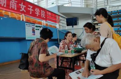中国各地高考分数线相继出台 填报志愿咨询行业生意火爆