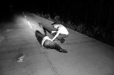 男子醉倒路中 民警及时救助