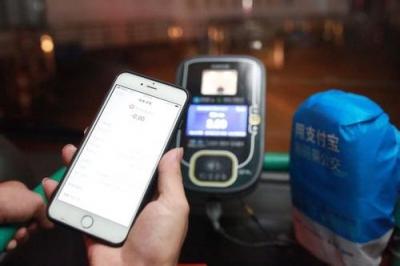 境外刷手机成常态 中国游客改变商户支付模式