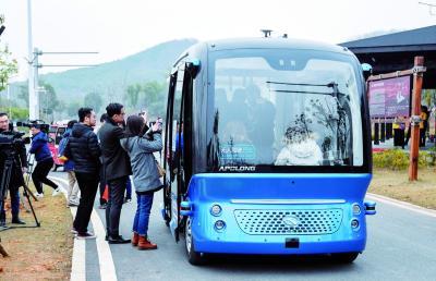 无人驾驶车在汉载客运营,没有方向盘但配有安全员,限制在景区内行驶