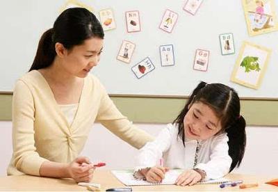 """可以说很拼了!陪女儿写作业,这位妈妈""""顺便""""拿下了教师资格证……"""