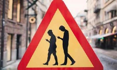 """过斑马线看手机罚款 警示""""低头族""""安全至上"""