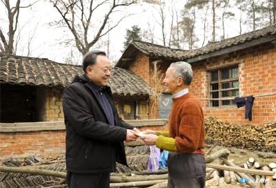 曾都区区委书记何运平到洛阳镇走访慰问困难群众和老党员