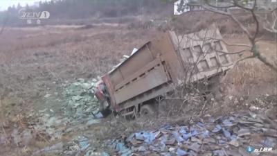 货车落泥塘司机被困  随州消防成功营救