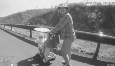 """危险,老人手推婴儿车在高速上""""遛娃"""""""
