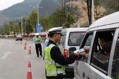 """交警开展重点车辆交通违法""""清零""""工作"""