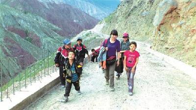 """西藏旅游意外结缘 湖北松滋""""妈妈""""连续8年资助藏族孤儿姐弟"""
